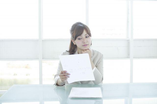 企画書を確認している女性